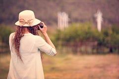 Γυναίκα που παίρνει τη φωτογραφία του τομέα ανεμοστροβίλων στοκ φωτογραφία