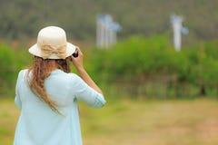 Γυναίκα που παίρνει τη φωτογραφία των ανεμοστροβίλων στοκ φωτογραφία