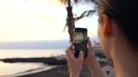 Γυναίκα που παίρνει τις εικόνες του ηλιοβασιλέματος στον περίπατο, Tenerife, Κανάρια νησιά, Ισπανία φιλμ μικρού μήκους
