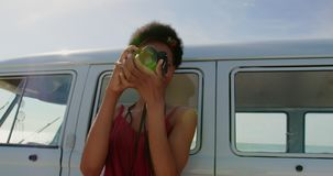 Γυναίκα που παίρνει τις φωτογραφίες με τη ψηφιακή κάμερα 4k απόθεμα βίντεο