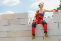 Γυναίκα που παίρνει το σπάσιμο στο εργοτάξιο οικοδομής στοκ φωτογραφία