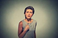 γυναίκα, που παίρνει τρελλή ρωτώντας σας που μιλάτε σε μεη Στοκ Φωτογραφίες