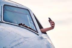 Γυναίκα που παίρνει selfie τη φωτογραφία από ένα αεροπλάνο στοκ εικόνες
