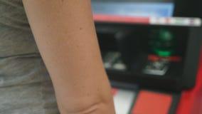 Γυναίκα που παρεμβάλλει μια πιστωτική κάρτα στο ATM, θαμπάδα, 4k, σε αργή κίνηση φιλμ μικρού μήκους