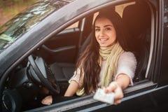 Γυναίκα που παρουσιάζει άδεια οδήγησης στενό χέρι επάνω η έννοια φθινοπώρου απομόνωσε το λευκό Δασικό ταξίδι φθινοπώρου με το αυτ στοκ φωτογραφία με δικαίωμα ελεύθερης χρήσης