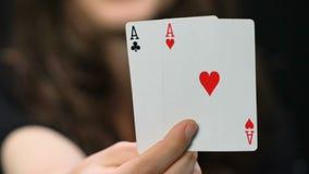 Γυναίκα που παρουσιάζει ένα ζευγάρι των άσσων στη κάμερα, που κερδίζει το συνδυασμό, παιχνίδι πόκερ απόθεμα βίντεο