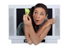 Γυναίκα που παρουσιάζει ένα shuttlecock στοκ εικόνες