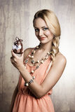 Γυναίκα που παρουσιάζει γεμισμένο Πάσχα λαγουδάκι Στοκ φωτογραφία με δικαίωμα ελεύθερης χρήσης