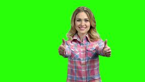 Γυναίκα που παρουσιάζει δύο αντίχειρες στην πράσινη οθόνη απόθεμα βίντεο