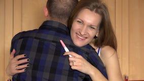 Γυναίκα που παρουσιάζει θετικές συγκινήσεις που εξετάζουν τη κάμερα Δοκιμή εγκυμοσύνης φιλμ μικρού μήκους