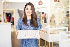 Γυναίκα που παρουσιάζει κάποιο κόσμημα σε ένα κατάστημα Στοκ Φωτογραφίες