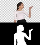 Γυναίκα που παρουσιάζει και που παρουσιάζει διάστημα αντιγράφων στο επιχειρησιακό φόρεμα, άλφα κανάλι στοκ φωτογραφία με δικαίωμα ελεύθερης χρήσης