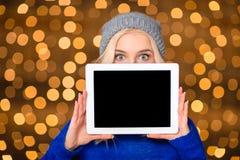 Γυναίκα που παρουσιάζει κενή οθόνη υπολογιστή ταμπλετών Στοκ φωτογραφία με δικαίωμα ελεύθερης χρήσης