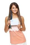 Γυναίκα που παρουσιάζει κενό φάκελο Στοκ φωτογραφία με δικαίωμα ελεύθερης χρήσης