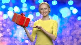 Γυναίκα που παρουσιάζει κιβώτιο δώρων για τα Χριστούγεννα απόθεμα βίντεο