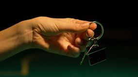 Γυναίκα που παρουσιάζει κλειδί με το σπίτι keychain στη κάμερα, αγορά ακίνητων περιουσιών, υποθήκη φιλμ μικρού μήκους