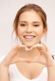 Γυναίκα που παρουσιάζει μορφή καρδιών Στοκ Εικόνες