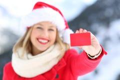 Γυναίκα που παρουσιάζει πιστωτική κάρτα στις διακοπές Χριστουγέννων Στοκ φωτογραφίες με δικαίωμα ελεύθερης χρήσης