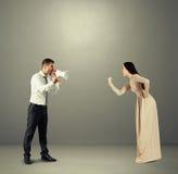 Γυναίκα που παρουσιάζει πυγμή στο συναισθηματικό άνδρα Στοκ Φωτογραφία
