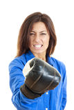 Γυναίκα που παρουσιάζει πυγμή της με το γάντι μπόξερ μπροστά από τη κάμερα Στοκ Εικόνα