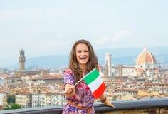 Γυναίκα που παρουσιάζει σημαία στη Φλωρεντία, Ιταλία Στοκ Εικόνες