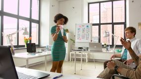 Γυναίκα που παρουσιάζει στο πρότυπο ενδιάμεσων με τον χρήστη δημιουργική ομάδα φιλμ μικρού μήκους