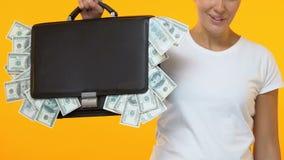 Γυναίκα που παρουσιάζει συνοπτικό σύνολο περίπτωσης των χρημάτων στη κάμερα, ξεκίνημα που επενδύει το κεφάλαιο απόθεμα βίντεο