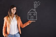 Γυναίκα που παρουσιάζει σχέδιο σπιτιών στοκ εικόνα με δικαίωμα ελεύθερης χρήσης