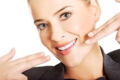 Γυναίκα που παρουσιάζει τέλεια άσπρα δόντια της στοκ φωτογραφίες με δικαίωμα ελεύθερης χρήσης