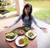 Γυναίκα που παρουσιάζει τα διάφορα ινδονησιακά τρόφιμα στοκ φωτογραφία με δικαίωμα ελεύθερης χρήσης