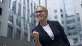 Γυναίκα που παρουσιάζει χειρονομία επιτυχίας, εξαιρετικά ευχαριστημένη από τη σημαντική ανακάλυψη στο ξεκίνημα φιλμ μικρού μήκους
