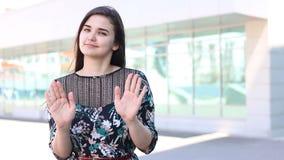 Γυναίκα που παρουσιάζει χειρονομία σημαδιών στάσεων υπαίθρια απόθεμα βίντεο