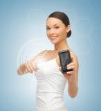 Γυναίκα που παρουσιάζει smartphone με app Στοκ εικόνα με δικαίωμα ελεύθερης χρήσης