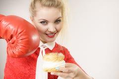 Γυναίκα που παλεύει μακριά τα κακά τρόφιμα, που εγκιβωτίζουν το κέικ ριπών κρέμας Στοκ φωτογραφίες με δικαίωμα ελεύθερης χρήσης
