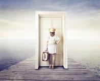 Γυναίκα που περιμένει μπροστά από μια πόρτα στοκ εικόνα με δικαίωμα ελεύθερης χρήσης