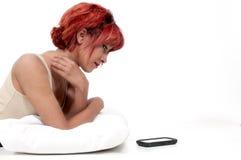 Γυναίκα που περιμένει στο τηλέφωνο στοκ εικόνα
