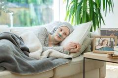 Γυναίκα που περιμένει την απαλλαγή καρκίνου στοκ φωτογραφία
