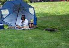 Γυναίκα που περιμένει τη μερική ηλιακή έκλειψη Στοκ εικόνα με δικαίωμα ελεύθερης χρήσης