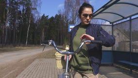 Γυναίκα που περιμένει το λεωφορείο απόθεμα βίντεο