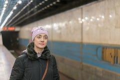 Γυναίκα που περιμένει το τραίνο μετρό στην πλατφόρμα σταθμών Στοκ εικόνα με δικαίωμα ελεύθερης χρήσης