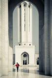 Γυναίκα που περπατά γύρω από το μεγάλο μουσουλμανικό τέμενος Qaboos σουλτάνων Στοκ εικόνες με δικαίωμα ελεύθερης χρήσης