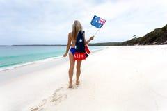 Γυναίκα που περπατά κατά μήκος της ειδυλλιακής παραλίας με την αυστραλιανή σημαία στοκ εικόνες με δικαίωμα ελεύθερης χρήσης