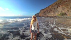 Γυναίκα που περπατά κατά μήκος της παραλίας φιλμ μικρού μήκους