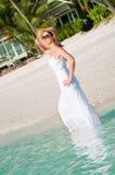 Γυναίκα που περπατά κατά μήκος της παραλίας στην τροπική παραλία στοκ εικόνες