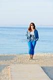 Γυναίκα που περπατά κοντά στη θάλασσα στοκ εικόνες