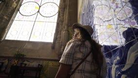 Γυναίκα που περπατά μέσα στο αρχαίο παλάτι φιλμ μικρού μήκους