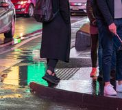 Γυναίκα που περπατά μέσω της Times Square, πόλη της Νέας Υόρκης στη βροχή με το π στοκ εικόνες με δικαίωμα ελεύθερης χρήσης