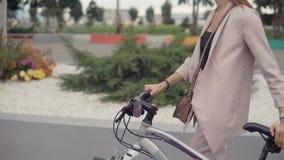 Γυναίκα που περπατά μόνο με το ποδήλατο απόθεμα βίντεο