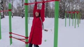 Γυναίκα που περπατά μόνο στο χειμερινό τοπίο στο ευμετάβλητο καιρικό πεζοποριες κορίτσι που φορά το κόκκινο σακάκι με τον περίπατ φιλμ μικρού μήκους