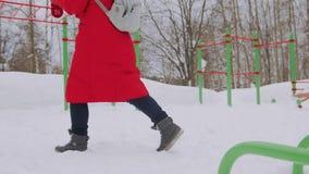 Γυναίκα που περπατά μόνο στο χειμερινό τοπίο στο ευμετάβλητο καιρικό πεζοποριες κορίτσι που φορά το κόκκινο σακάκι με τον περίπατ απόθεμα βίντεο